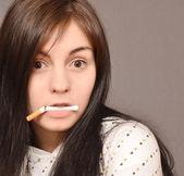 Mujer con cigarrillo — Foto de Stock