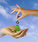 Ruka s klíčem — Stock fotografie