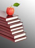 背景に本の山に赤いリンゴ — ストック写真