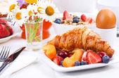 クロワッサンを朝食します。 — ストック写真