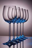 Copos de vinho de cristal em uma linha — Foto Stock