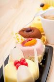 Ekspres do kawy i owoców ciasto — Zdjęcie stockowe