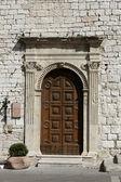 Wooden residential doorway in Tuscany. — Zdjęcie stockowe