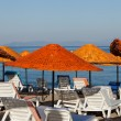 Beach loungers and umbrellas on the sea. - Stockfoto