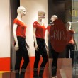 Dressed dummies in a show-window of modern fashion shop — Stock Photo
