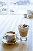 Appetitoso caffè con zucchero su un tavolo in caffetteria moderna — Foto Stock