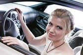 Unga sexuellt blonda i bilen. — Stockfoto