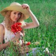 Frau mit Hut mit Mohn bouquet — Stockfoto