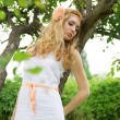 Woman in white dress near tree — Stockfoto