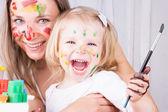 Gelukkig moeder en dochter schilderij — Stockfoto