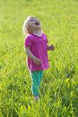 Radosna dziewczynka, patrząc w medow — Zdjęcie stockowe