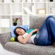 vacker tonårig flicka sover på soffan — Stockfoto