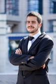 Knappe jonge zakenman, buiten glimlachen — Stockfoto