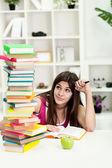 Ongelukkig student met grote stapel boeken — Stockfoto