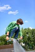 Giovane skateboarder pattinaggio — Foto Stock