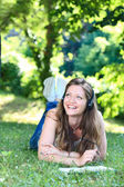 Donna sull'erba nella lettura del parco — Foto Stock