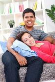 счастливая молодая пара расслабляющий на кровати — Стоковое фото