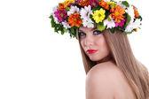 Femme d'une beauté naturelle avec des fleurs de la Couronne — Photo