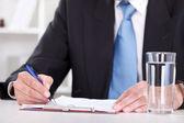 επιχειρηματίας που γράφει με στυλό στη γραφική εργασία — Φωτογραφία Αρχείου