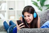Tonåring flicka lyssna på musik — Stockfoto