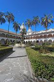 Gården vid kyrkan san francisco i quito, ecuador — Stockfoto