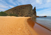 Pinnacle Rock viewed from the beach on Bartolome Island, Galapag — Stok fotoğraf