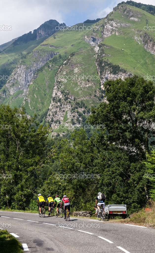 Laruns,France,July 15th 2011: Image of amateur cyclists climbing on the road to mountain pass Aubisque just before the passing of the peloton during the 13th stage of Le Tour de France 2011. — Stock Photo #11871599