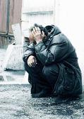Bezdomny alkoholik w depresji. — Zdjęcie stockowe