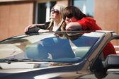 Casal jovem com um carro conversível — Foto Stock