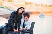 Casal jovem negócios com laptop — Foto Stock