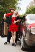 молодая пара с новым автомобилем — Стоковое фото