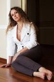 Beautiful woman sitting on the floor — ストック写真