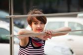 Felice giovane donna contro un parcheggio auto — Foto Stock