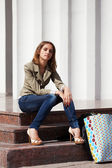 Basamaklarında oturan genç kadın — Stok fotoğraf