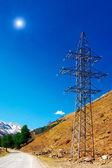 Elektriciteitsleiding hoog in de bergen. — Stockfoto