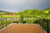 Панорама зеленые горы с балкона — Стоковое фото