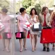Grupo de amigos con bolsas de compras — Foto de Stock