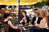 Grupp vänner njuter av drinkar — Stockfoto