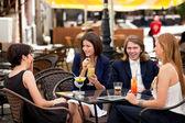 Groep vrienden genieten van cocktails — Stockfoto