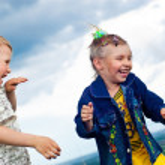 una niña y niño jugar y alentaban un paseo al aire libre — Foto de Stock