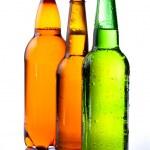 μπύρας σε πλαστικό μπουκάλι και δύο μπουκάλια με μπύρα, καφέ ένα — Φωτογραφία Αρχείου