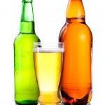 απομονωμένες ποτήρι μπύρα σε πλαστικό μπουκάλι και πράσινο γυαλί φιάλες wi — Φωτογραφία Αρχείου