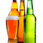 απομονωμένες ποτήρι μπύρα σε πλαστικό μπουκάλι και δύο γυάλινες φιάλες, με — Φωτογραφία Αρχείου