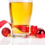 copo cerveja fresca, fita vermelha e bolas de Natal isoladas na wh — Foto Stock
