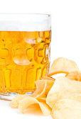 Mugg av färsk öl närbild och högen med chips isolerad på — Stockfoto