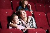 Loughing moeder en dochter in de bioscoop — Stockfoto