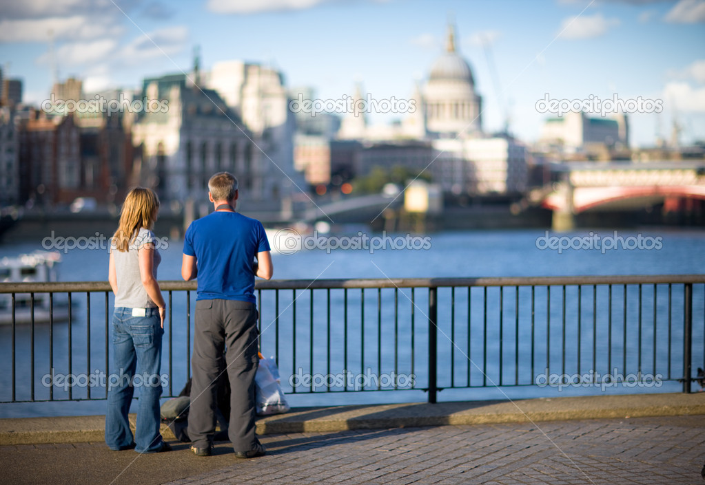 Tourists looking on St. Paul's Cathedral from embankment — Stock Photo #10958093