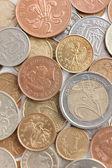 分散银和黄金硬币 — 图库照片
