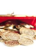 分散金和银的硬币是红色的钱包,孤立在白色 — 图库照片