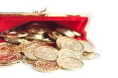 Verspreid zilver en goud munten zijn in open rode portemonnee, geïsoleerd op witte achtergrond — Stockfoto